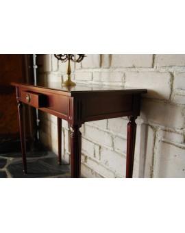 Modèle présenté en Acajou Anglais. Détail de tiroir en queue d'aronde.
